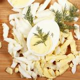 яйца вареные лежат на кухне на столе  - 212426662