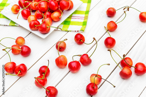 Aluminium Kersen Cherries and saucer with cherries on the table.