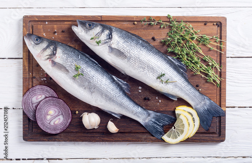 Plexiglas Hoogte schaal Raw sea bass fish