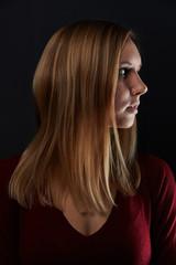 Junge Frau mit blonden Haaren im Profil © Robert Kneschke