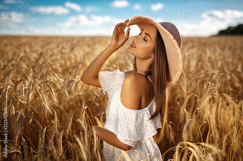 Foto Murales Beautiful blonde girl in a wheat field
