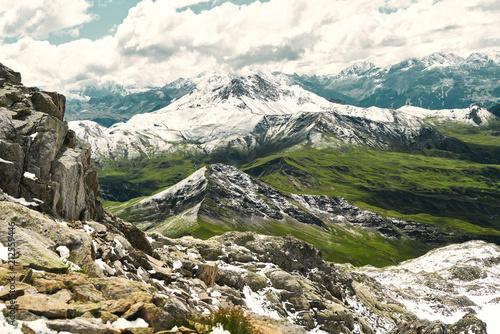 Berg im Gebirge der Alpen mit Schnee