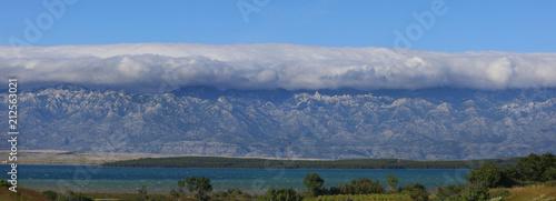 Gebirge Velebit mit Wolken an der Küste, Kroatien, Europa, Panorama