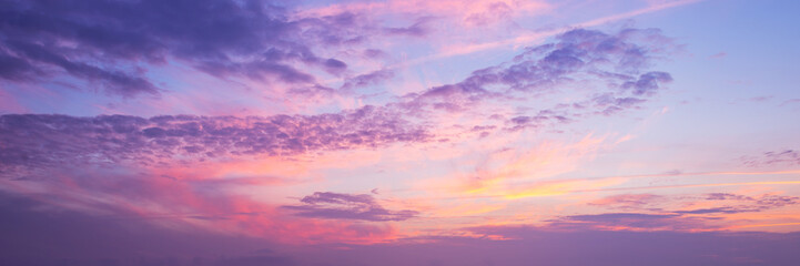 Panoramic view of a pink and purple sky at sunset © Delphotostock