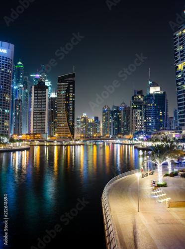 mata magnetyczna Dubai marina modern and shiny skyscrapers view at night