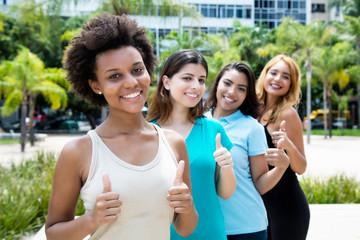 Lachende junge Frauen in einer Reihe