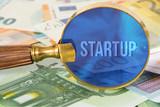 Euro Geldscheine, eine Lupe und Startup - 212699827