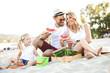 Leinwanddruck Bild - Family Enjoying Beach