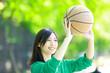 バスケットボールをする女性