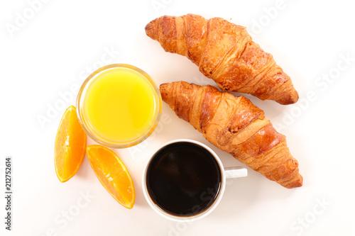 filiżanka kawy, sok pomarańczowy i rogalik
