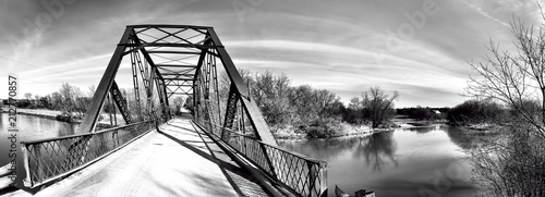 mata magnetyczna Panorama of an old iron bridge in black and white