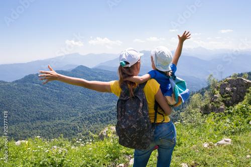 Leinwanddruck Bild Mother With A Little Girl's Daughter Travel
