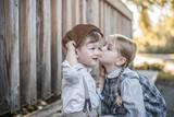 Mädchen gibt Jungen Kuss auf die Wange - 212854435