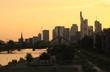 Abendliche Silhouette von Mainhattan; Blick von Osten auf Frankfurt