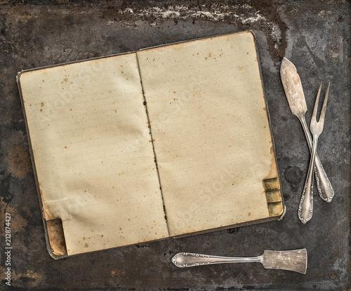 Rocznika przepisu książki Antykwarskiego silverware nieociosany tło