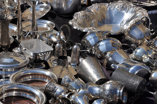 Stare srebrne naczynia, pchli targ w Weronie