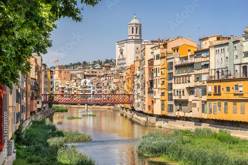 Canvas Eiffeltoren Looking down the Onyar River to the Eiffel bridge in Girona