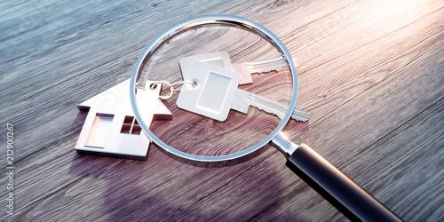 Leinwandbild Motiv Haus-Schlüssel mit Anhänger und Lupe