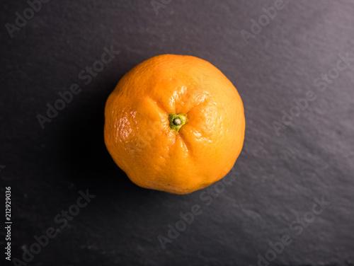 pomarańczowy z czarnym tłem