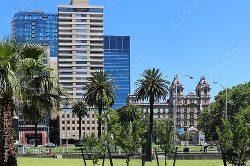 Foto Murales Old style and modern apartment buildings in Melbourne with palm trees in front