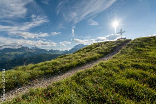 Aluminium Blauwe jeans Gipfelkreuz in den Dolomiten mit Wanderweg