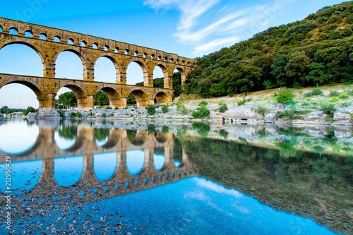 Le pont du Gard ,monument romain  - 212950429