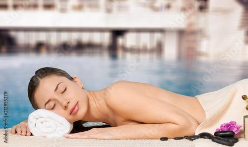 Leinwanddruck Bild Beautiful young woman receiving massage