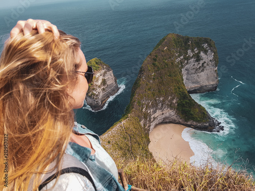 Leinwanddruck Bild Pretty girl traveler at Kelingking Beach in Nusa Penida, Bali, Indonesia