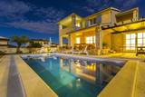 Kroatien, Istrien, Porec, Ferienhaus mit Pool, Nachtaufnahme - 212973691