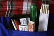 Leinwanddruck Bild - Handwerker mit Werkzeug und Geldscheinen in der Hosentasche
