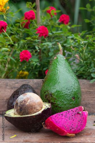 fioletowy smok owoców i owoców awokado na tle tabeli