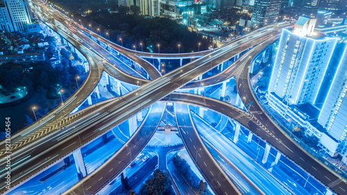 Aluminium Nacht snelweg aerial view of buildings and highway interchange at night in Shanghai city