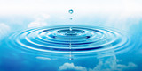 Wassertropfen und Wellen mit blauer Spiegelung von Wolken - 213008010