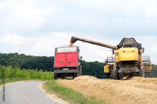 Aluminium Trekker moissonneuse batteuse et tracteur avec remorque en action