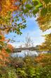 Malerische Natur am Egglburger See. Blick durch bunte Buchenzweige