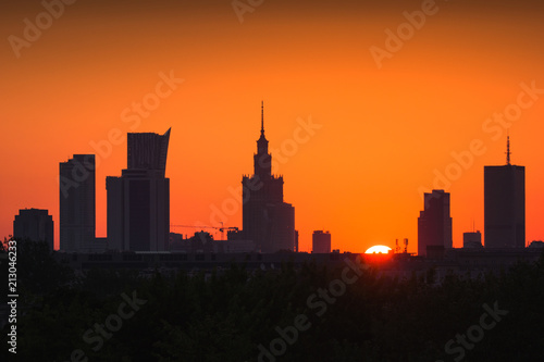 Panorama drapacze chmur w centrum Warszawa przy wschodem słońca, Polska