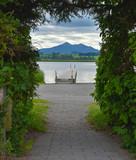 Ein grünes Herz Blick auf die Berge und den See - 213048052
