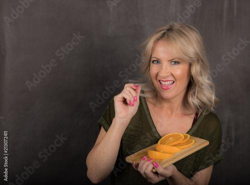 Blondynki kobieta Je Pomarańczowych plasterki