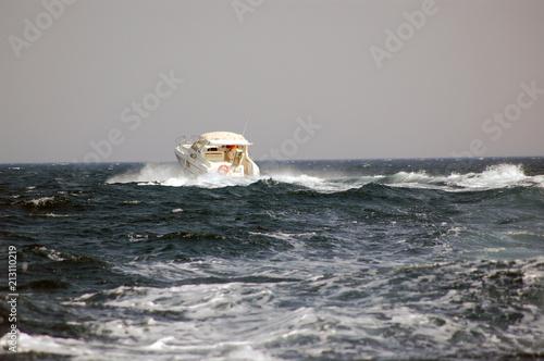 speedboot in water waves