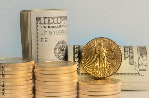 Czyste złote monety przed bankami amerykańskiej waluty