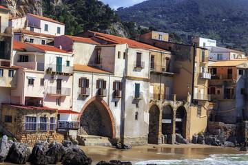 sizilianischer Küstenort Cefalù in Südeuropa in Italien im Frühjahr