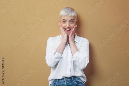 überraschte Frau an der Wand