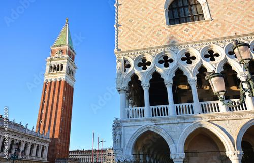 Il palazzo Ducale e il campanile a Piazza San Marco a Venezia in Italia - 213192800