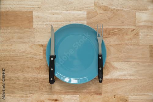 nóż do drewna i widelec z płyty na tle drewna
