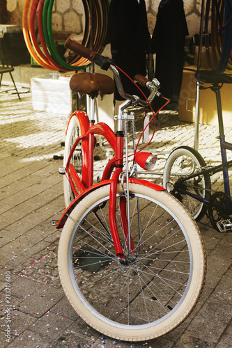 Foto Spatwand Fiets Retro red bicycle, for sale on the sidewalk of the city