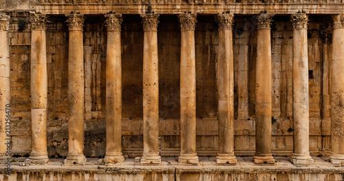 Widok z przodu kolumnady - Wiersz kolumn starożytnej ruiny świątyni rzymskiej (Świątynia Bacchus w Baalbek)