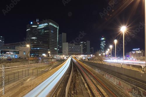 Canvas Nacht snelweg U-Bahn Station Uno City in Wien bei Nacht mit Langzeitbelichtung