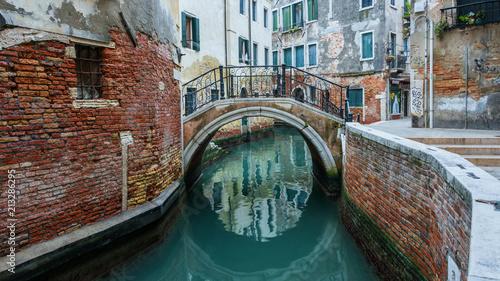 Impressionen aus Venedig - Kanal und Brücke im Winter  - 213286295