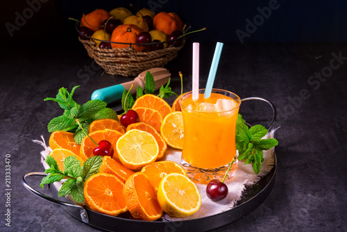 świeżo wyciśnięty sok pomarańczowy z lodem w szkle