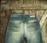 Старые джинсы на деревянном фоне - 213349034